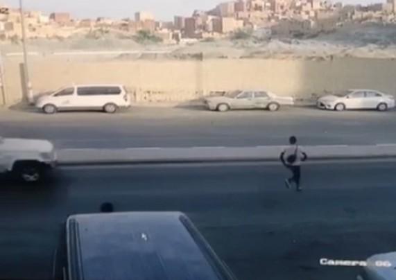 فيديو.. مخالف يتعرض لحادث دهس خطير ثم يفر هاربًا