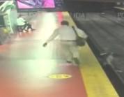 شاهد.. نجاة رجل من موت وشيك أسفل عجلات القطار