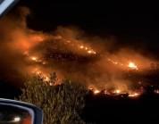 شاهد.. الدفاع المدني يُباشر حريقاً في منطقة جبلية بالسودة