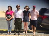 صور.. حاكم دبي ينقذ أسرة أوروبية علقت مركبتها في الرمال