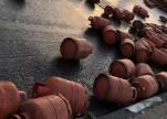شاهد.. لحظة انقلاب شاحنة محملة بأسطوانات غاز في جازان