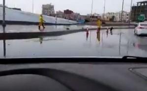 """""""المياه"""" تحذر من فتح مناهل الصرف الصحي لتصريف مياه الأمطار"""