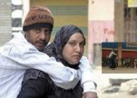 شاهد.. 6 سنوات ومصرية تحمل زوجها على ظهرها