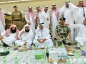أمير مكة يشارك رجال الأمن الإفطار في المسجد الحرام