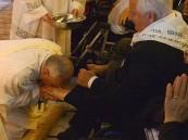 بابا الفاتيكان ينحني مقبلاً قدم مسلم ليبي معاق