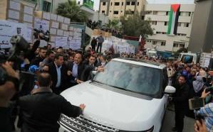 فيديو وصور.. محتجون فلسطينيون يستقبلون السفير القطري بالأحذية