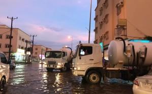 بلدية صامطة تسخر فريق عمل لرفع تجمعات الأمطار على مدار الساعة