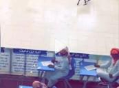 بالفيديو: ظهور تيس في قاعة الاختبارات بإحدى المدارس