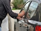فيديو.. لص يسرق سيارة من أمام منزل في الرياض