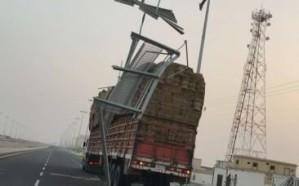 بالصور: شاحنة تقتلع لوحة إرشادية بطريق الخرمة – تربة