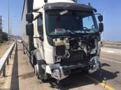 فيديو صادم: قائد شاحنة يصدم سيارة ويدفعها دون توقف بالرياض