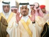 نائب أمير الرياض يؤدي صلاة الميت على الأميرة موضي بنت عبد المحسن