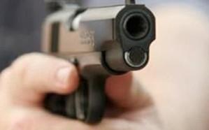 شاهد: سيدة تطلق النار على زوجها في الشارع.. تعرف على السبب