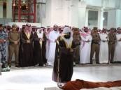 نائب أمير مكة يؤدي صلاة الميت على الأميرة نورة