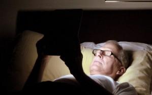 استخدام الهاتف ليلاً قد يسبب العمى