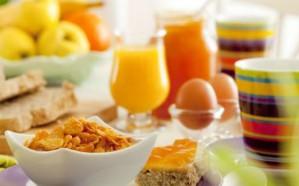 كيف تقنعين طفلك بتناول وجبة الإفطار؟