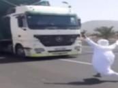 شاهد.. شاب متهور يستعرض بالقفز أمام شاحنة على طريق سريع