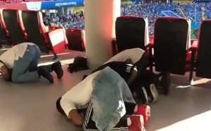 """جماهير """" الأخضر """" تؤدي الصلاة خلال حضورها مباراة أوروغواي"""