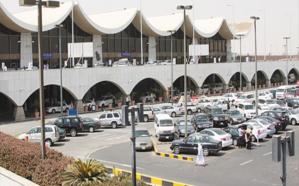 «مطار جدة» يوضح حقيقة صورة متداولة لفتاة تعمل في توجيه الطائرات