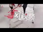 شاهد.. امرأة تسحب رجلًا يمشي على أربع وتشعل مواقع التواصل