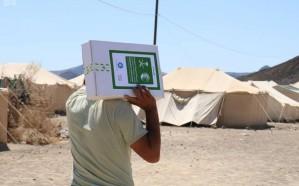 """""""سلمان للإغاثة"""" يوزع 850 كرتون تمور على النازحين من صنعاء إلى مأرب"""