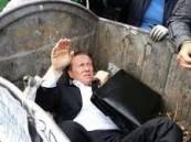 بالفيديو: محتجون يرمون نائباً في حاوية قمامة