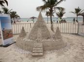 قلعة رملية تغطيها أعقاب السجائر في دبي