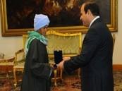 السيسي يكرِّم مصرية ارتدت ملابس الرجال 43 عاماً لتعول أولادها