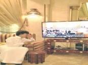 الطفل الغامدي يلقي نظرات على قلم الملك عبدالله