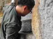 صيني فقد ساقيه يتسلق جبلاً باستخدام يديه