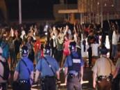 محتجون يتظاهرون من جديد قبل حظر التجول في «فيرجسون» الأمريكية