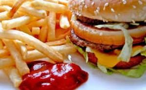 دراسة: الأكلات السريعة تسبب رائحة الفم الكريهة