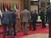 شاهد .. لحظة سقوط الرئيس اللبناني أرضا أثناء التقاط صورة تذكارية لقادة القمة العربية