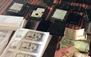 الإطاحة بصومالي حوّل شقته لتزوير العملة السعودية والوثائق الرسمية