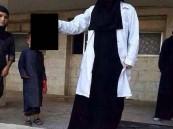 طبيبة داعشيّة تنشر صورتها وهي تحمل رأس قتيل