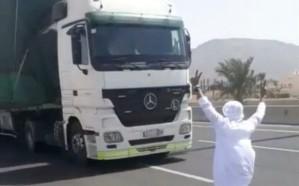 فيديو.. القبض على مواطن متهور استعرض أمام شاحنة بأحد طرق المدينة