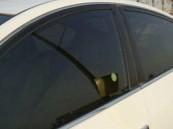 """""""المرور"""" تكشف حقيقة استثناء النساء من مخالفات تظليل السيارة"""