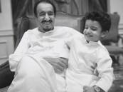 """صورة عفوية لخادم الحرمين مع حفيده """"عبدالعزيز"""" تثير الإعجاب"""