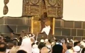 """فيديو.. شرطة مكة تكشف ملابسات  محاولة """"حاج"""" القفز إلى عتبة باب الكعبة"""