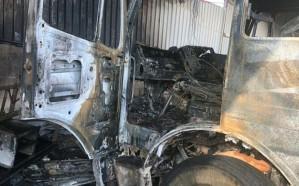 """بالصور.. السيطرة على حريق الْتهم مركبتين  في """"صناعية شقراء"""""""