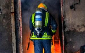 شاهد: حريق يلتهم مستودع أثاث في تبوك.. والدفاع المدني يسيطر