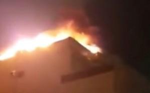 شاهد.. صاعقة رعدية تشعل النيران في عمارة سكنية بجدة