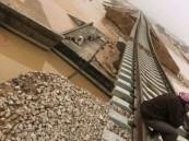 بالفيديو: انجراف الرمال أسفل مسار قطار في القريات.. والنقل تحقق