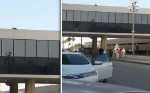 شاهد.. شخص يحاول الانتحار من أعلى جسر للمشاة بالدمام