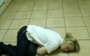 حالة غريبة ونادرة .. فتاة تنام كلما ضحكت