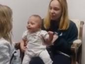 فيديو.. رد فعل طفلة تسمع للمرة الأولى