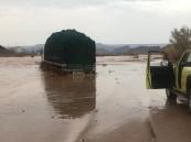 """""""السيول"""" تُغلق 5 طرق بالمدينة و""""المدني"""" يُنقذ 35 شخصاً"""