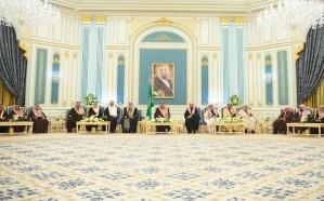 خادم الحرمين يستقبل الأمراء والمفتي والعلماء وجمعاً من المواطنين