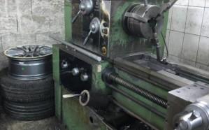 ضبط منزل يضم معملاً لإعادة تصنيع جنوط السيارات بجدة