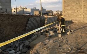 مدني خميس مشيط يباشر حادث انهيار جدار خزان مياه